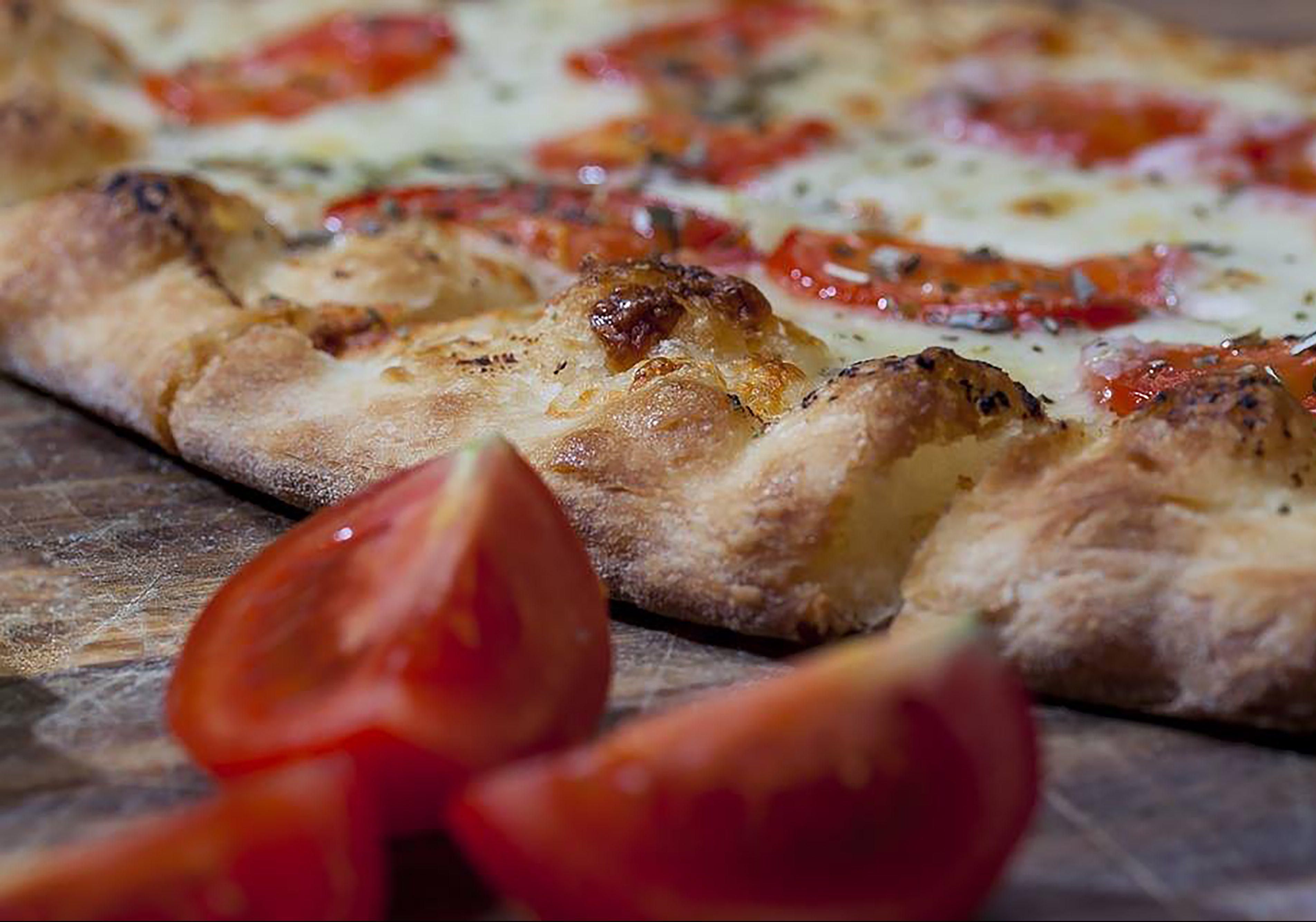 Pizza med tomat og skorpe Gastronomia
